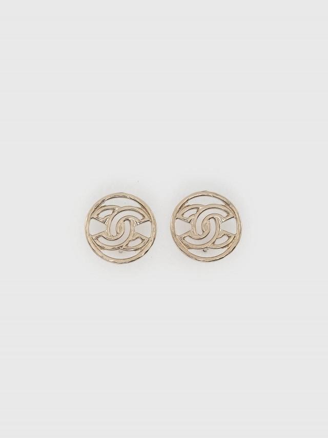 CHANEL 經典簍空雙 C LOGO 圓形穿式耳環 - 淡金