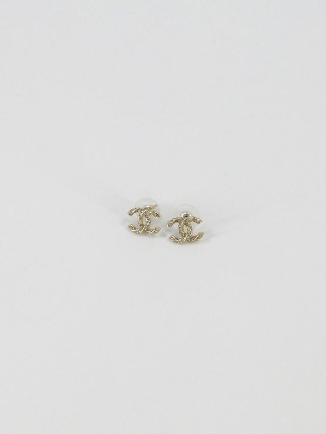 CHANEL A96641 金色雙 C LOGO 鍛帶麻花捲造型水鑽耳環