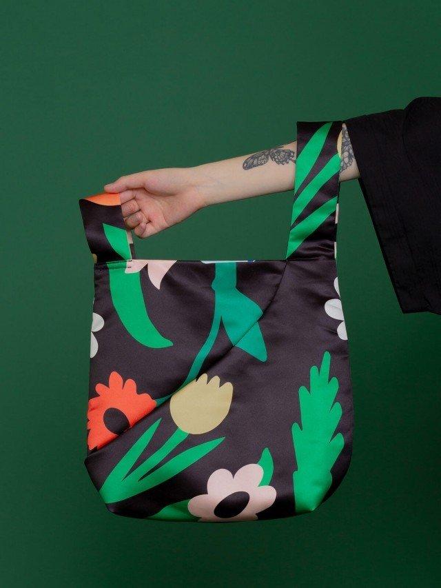 SEW INCORPORATION 限量聯名印花緞面大單把包 - 黑橘印花圖樣