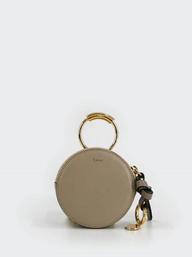 Chloé Nile 系列金屬圓釦零錢滑面牛皮圓形鑰匙包 x 栗灰色