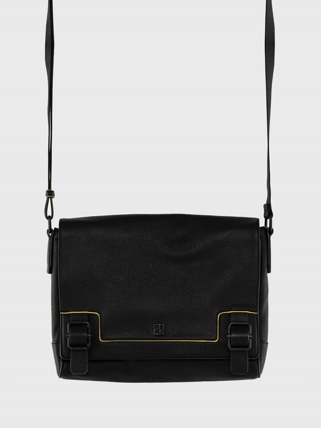 Calvin Klein 荔枝紋真皮翻蓋書包款斜背包 x 黑色