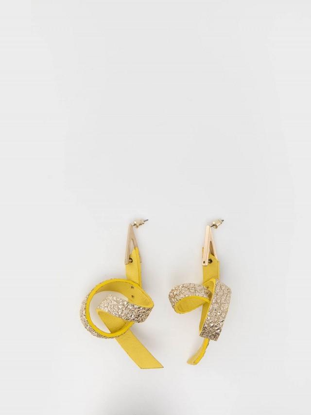 STACEY WANG 立體皮⾰單圈耳環 - 黃 x 亮金