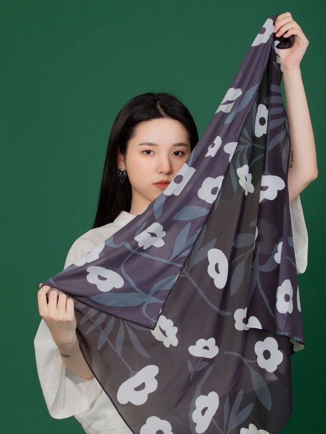 SEW INCORPORATION 限量繁花印花絲質方巾 - 黑色