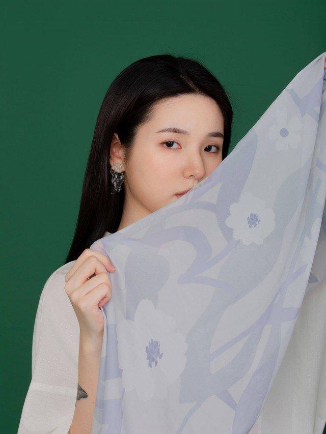 SEW INCORPORATION 限量藤蔓印花絲質方巾 - 藍灰色