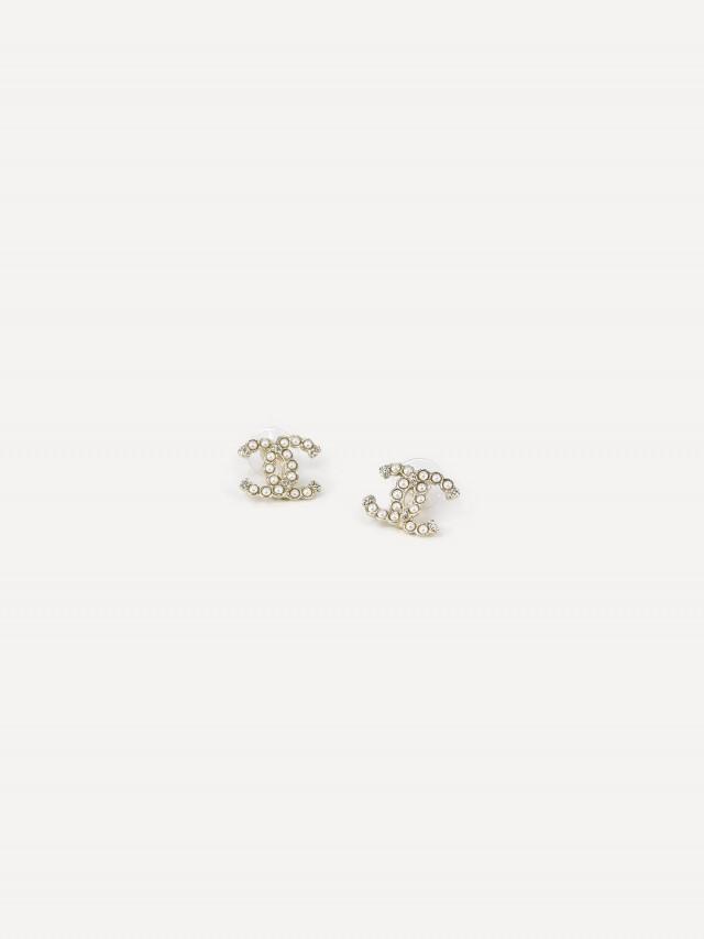 CHANEL 經典 CC LOGO 仿珠鑲嵌水鑽造型穿式耳環 x 金色
